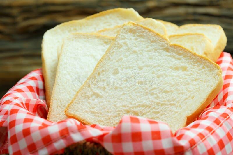 Gesneden brood, ruw voedsel, wit brood op houten lijst royalty-vrije stock fotografie