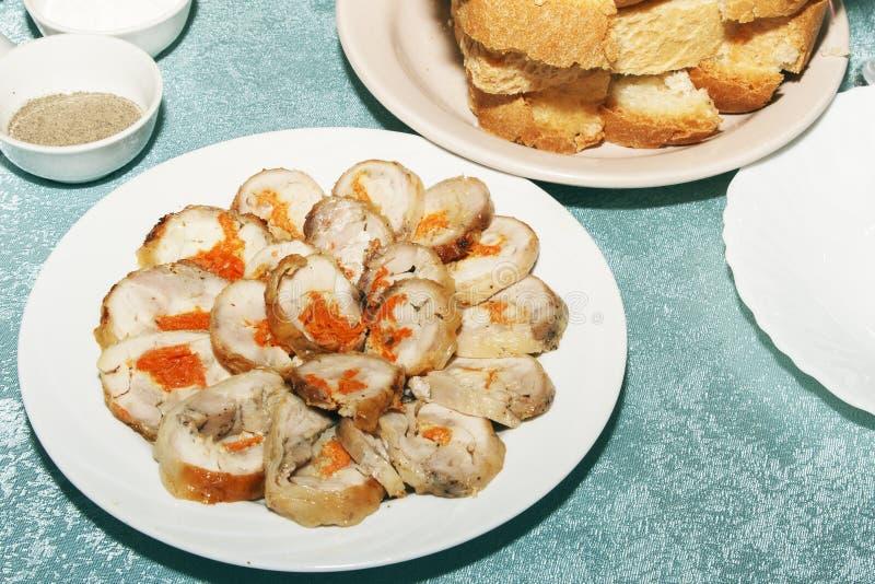Gesneden broodje van kip of van Turkije vlees met groenten het vullen Koude snack voor ontvangstgasten op feestelijke lijst De ru royalty-vrije stock fotografie