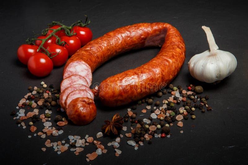 gesneden cirkel van droge genezen worst met knoflook en tomatenkers royalty-vrije stock foto's