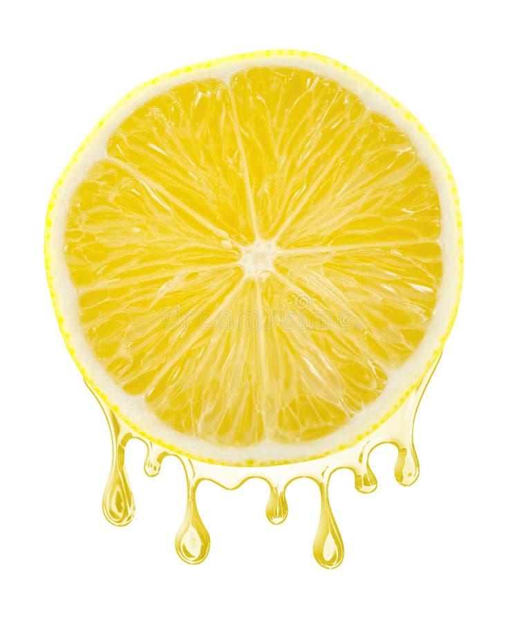 Gesneden citroen met sap het dalen van het, geïsoleerd op witte achtergrond royalty-vrije stock fotografie