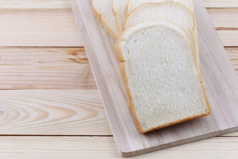 Gesneden die brood op een houten hakbord wordt gestapeld royalty-vrije stock fotografie