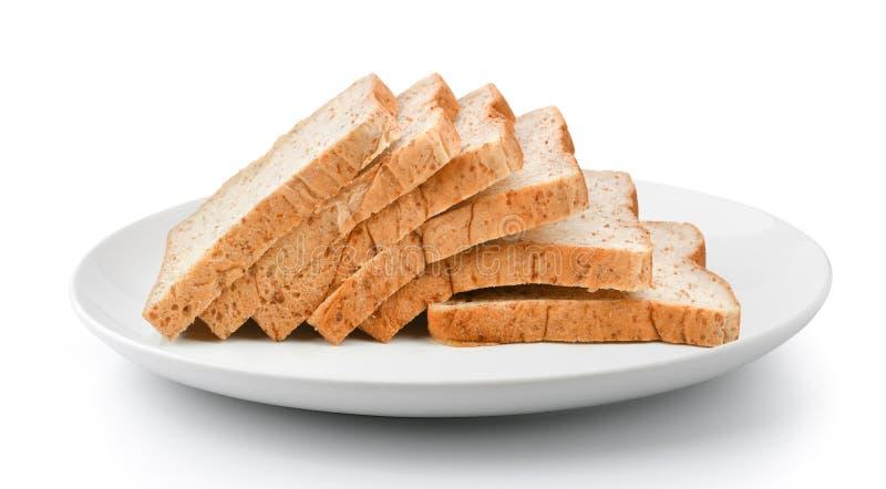 Gesneden die brood in plaat op een witte achtergrond wordt geïsoleerd stock fotografie