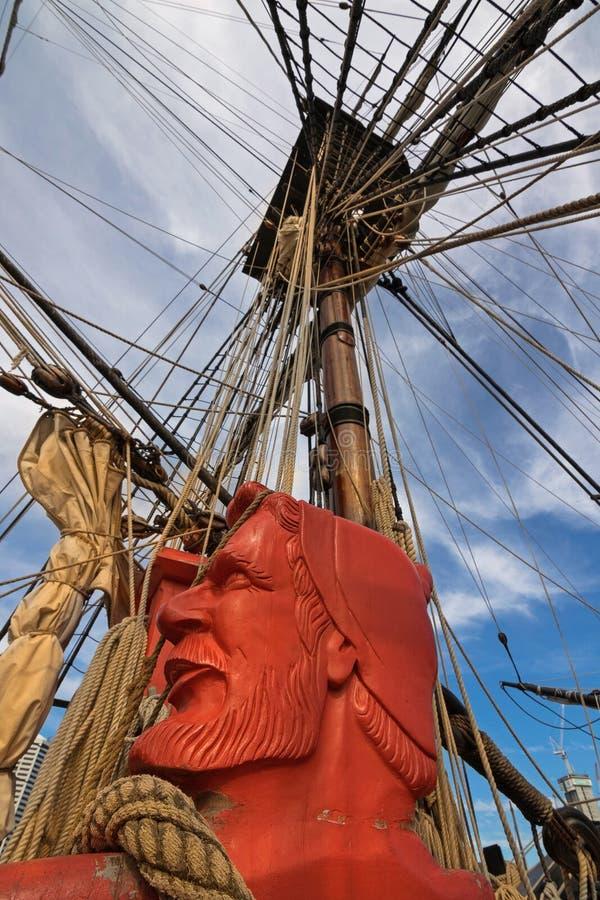 Gesneden die hoofd van zeeman in oranjerode en optuigenkabels wordt geschilderd van royalty-vrije stock afbeeldingen