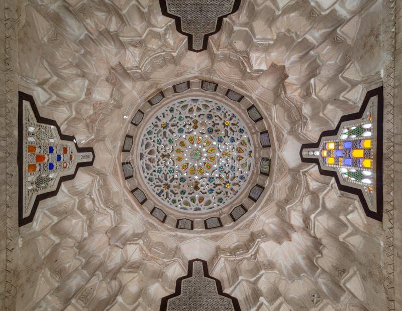 Gesneden die pleisterkoepel met gekleurde glasstukken wordt verfraaid van een pergola voor het sehemy historische huis van Gr, Ka stock foto's