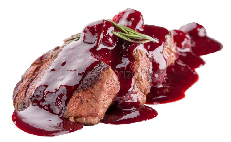Gesneden die vlees in Amerikaanse veenbessaus op een witte achtergrond wordt geïsoleerd stock foto