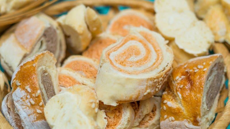 Gesneden eigengemaakt brood in een geweven mand stock fotografie