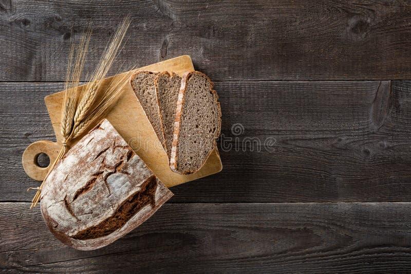 Gesneden gebakken brood op scherpe raad stock afbeeldingen