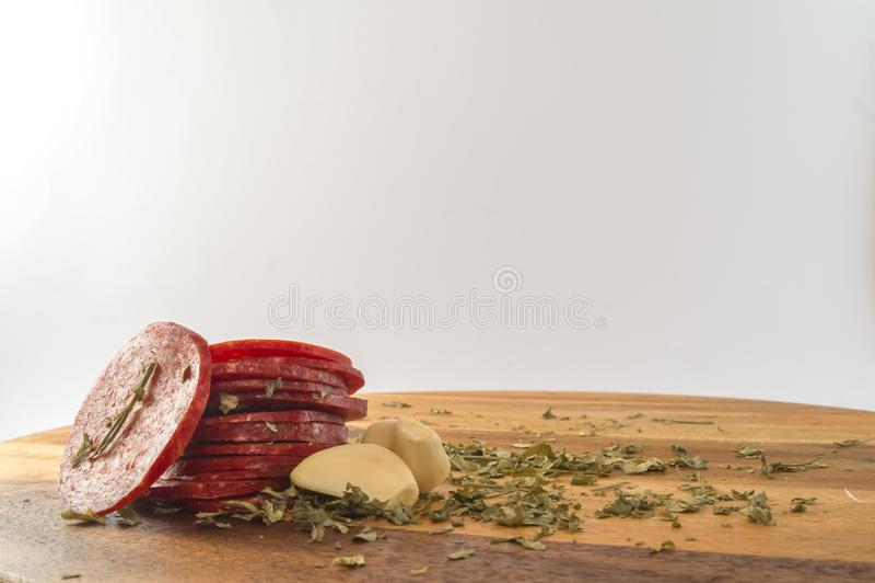 Gesneden gerookte worst op houten lijst stock fotografie