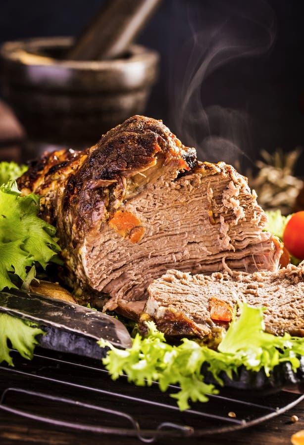 Gesneden geroosterd kalfsvlees met groenten stock fotografie