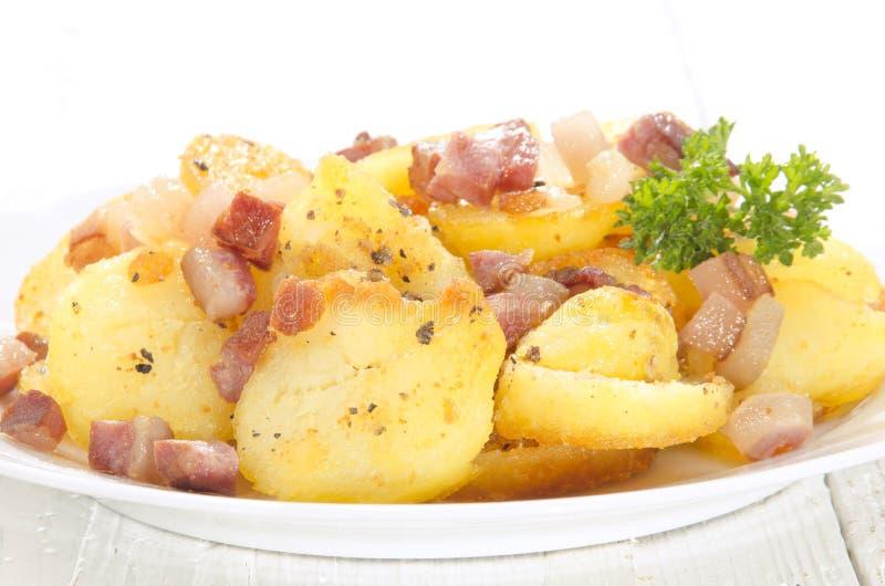 Gesneden geroosterde aardappel met bacon stock afbeeldingen