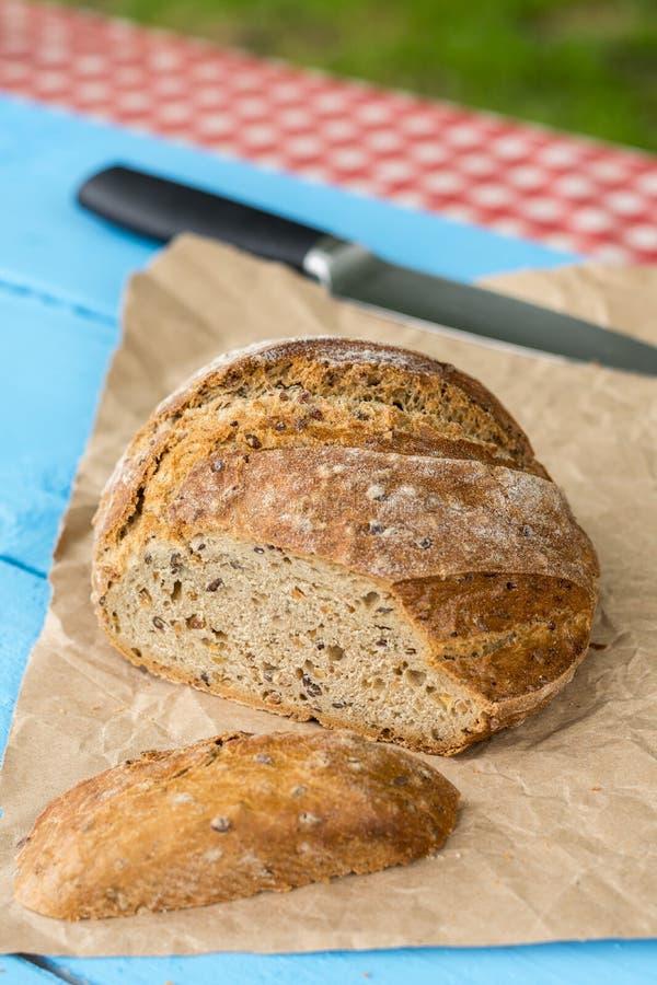 Gesneden gezond rond zwart brood op de lijst met mes royalty-vrije stock foto