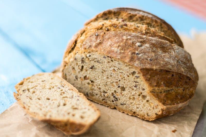 Gesneden gezond rond zwart brood op de lijst met mes royalty-vrije stock fotografie