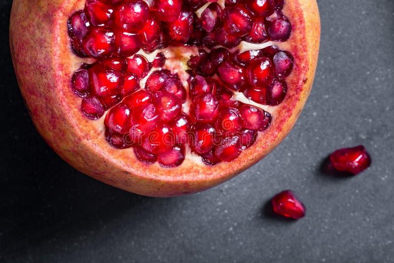 Download Gesneden Granaatappel Met Sappige Rode Korrels Stock Foto - Afbeelding bestaande uit landbouw, anti: 107700098