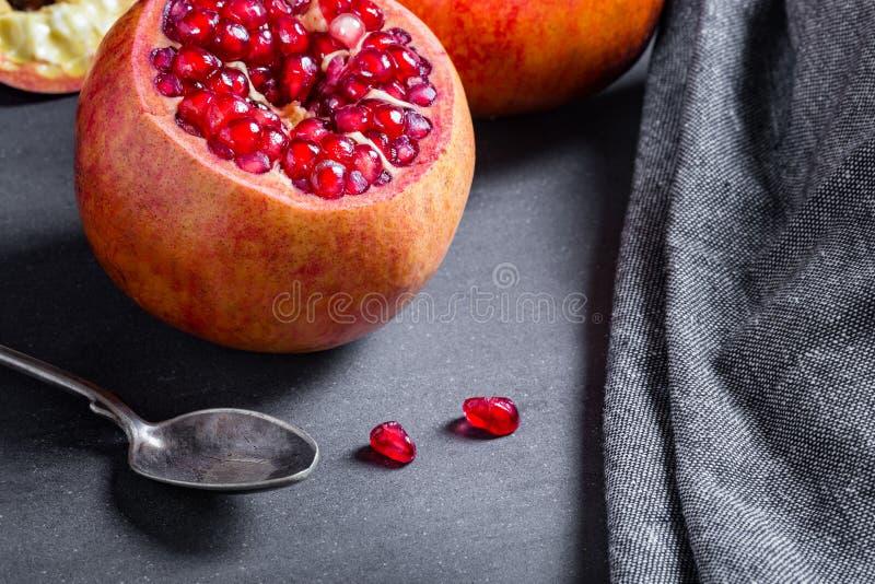 Download Gesneden Granaatappel Met Sappige Rode Korrels Stock Foto - Afbeelding bestaande uit ingrediënt, granaatappels: 107700240