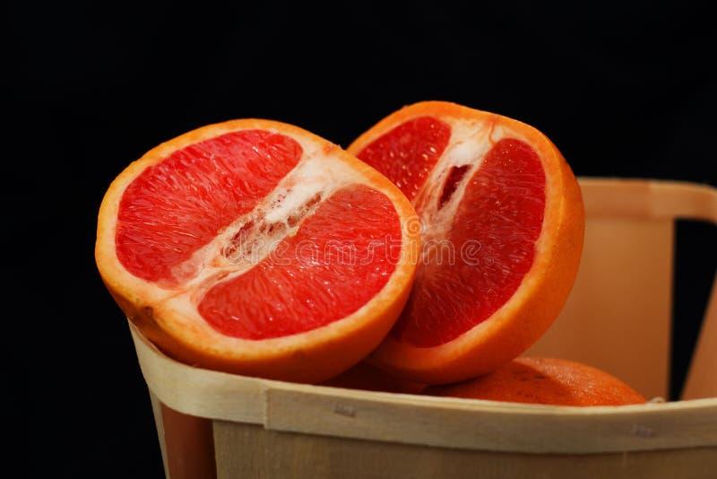 Gesneden grapefruit †‹â€ ‹in een mand stock afbeeldingen