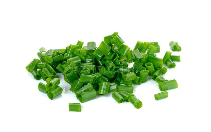 Gesneden groene die ui op de witte achtergrond wordt geïsoleerd stock afbeeldingen