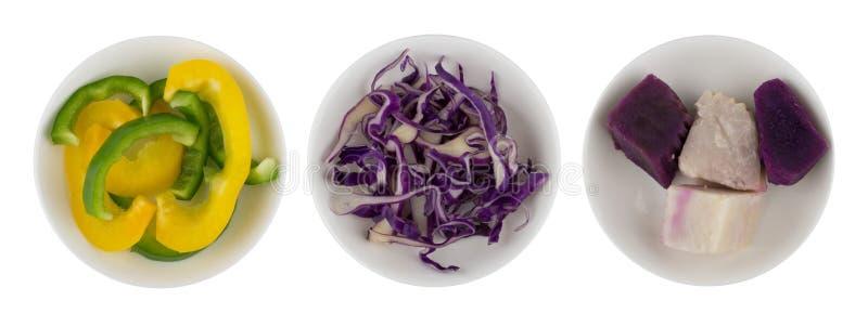Gesneden groene paprika, bloemkool en zoete yam in witte kom royalty-vrije stock foto