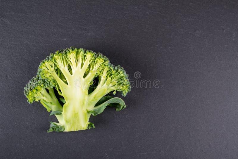 Gesneden groene tuinbroccoli op donkere leiachtergrond stock afbeeldingen