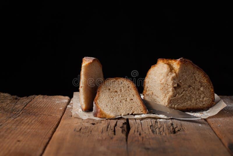 Gesneden heerlijk vers brood op zwarte achtergrond met exemplaarruimte voor uw tekst Het brood op de oude rustieke lijst royalty-vrije stock foto's