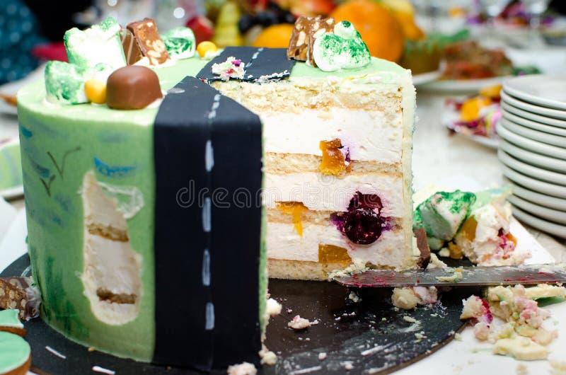 Gesneden heerlijke cake Verjaardagsviering stock foto