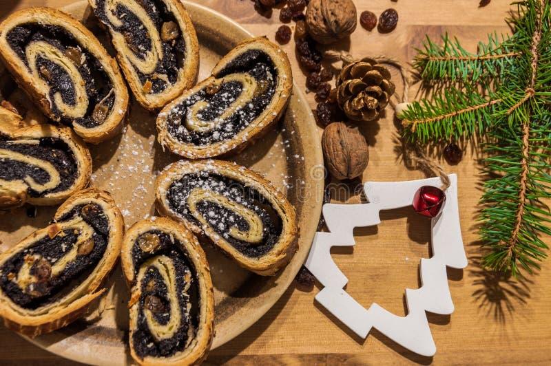 Gesneden het broodje en Kerstmisornamenten van het papaverzaad royalty-vrije stock foto