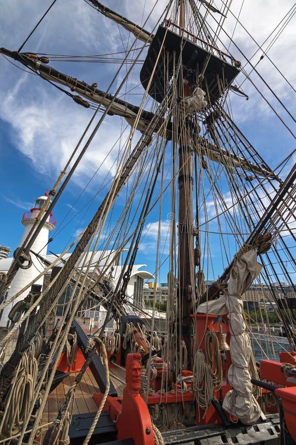 Gesneden hoofd die van zeeman, kabels monteren bij foredeck van Lange Schiphm stock fotografie