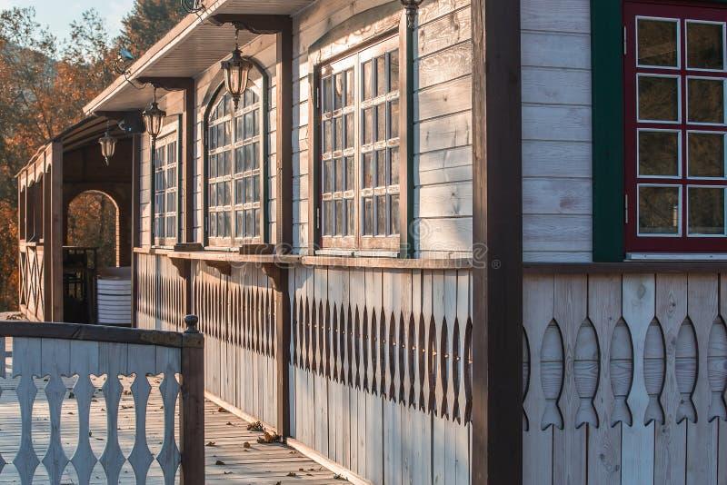 Gesneden houten dorpshuis en een omheining royalty-vrije stock afbeelding