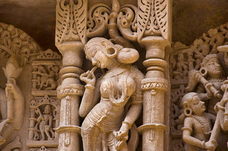 Gesneden idolen op de binnenmuur en de pijlers van Ranien ki vav, ingewikkeld geconstrueerd stepwell op de banken van Saraswati-R royalty-vrije stock afbeeldingen