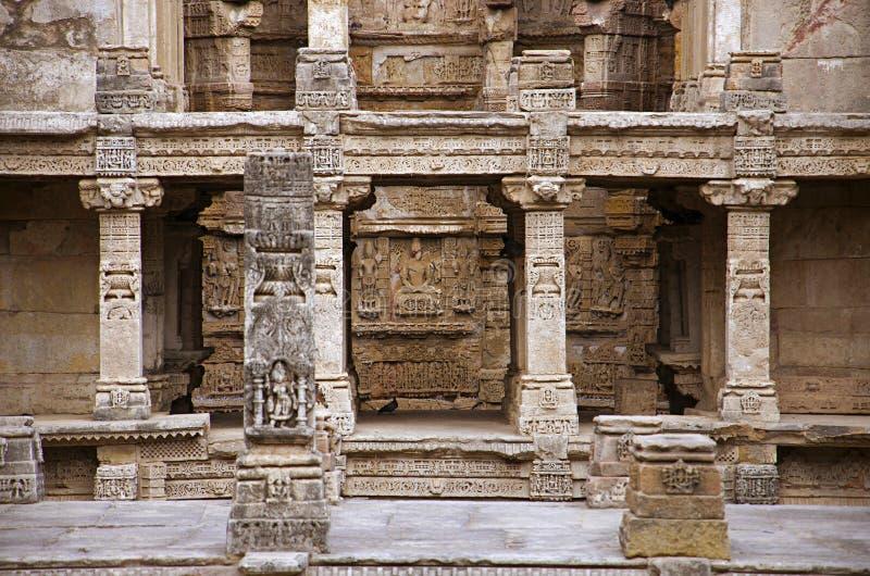 Gesneden idolen op de binnenmuur en de pijlers van Ranien ki vav, ingewikkeld geconstrueerd stepwell op de banken van Saraswati-R stock afbeelding