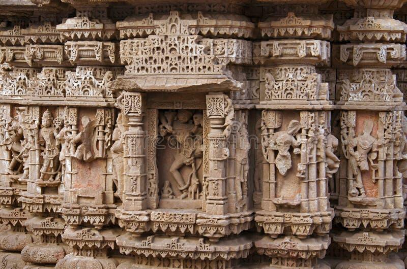 Gesneden idolen op de buitenmuur van Rudramala of de Tempel van Rudra Mahalaya Sidhpur, Patan, Gujarat stock afbeelding