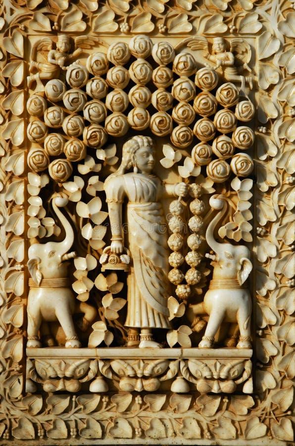 Gesneden idolen op de buitenmuur van de tempel, Karni Mata of de Tempel van Ratten, Bikaner, Rajasthan, India stock foto's