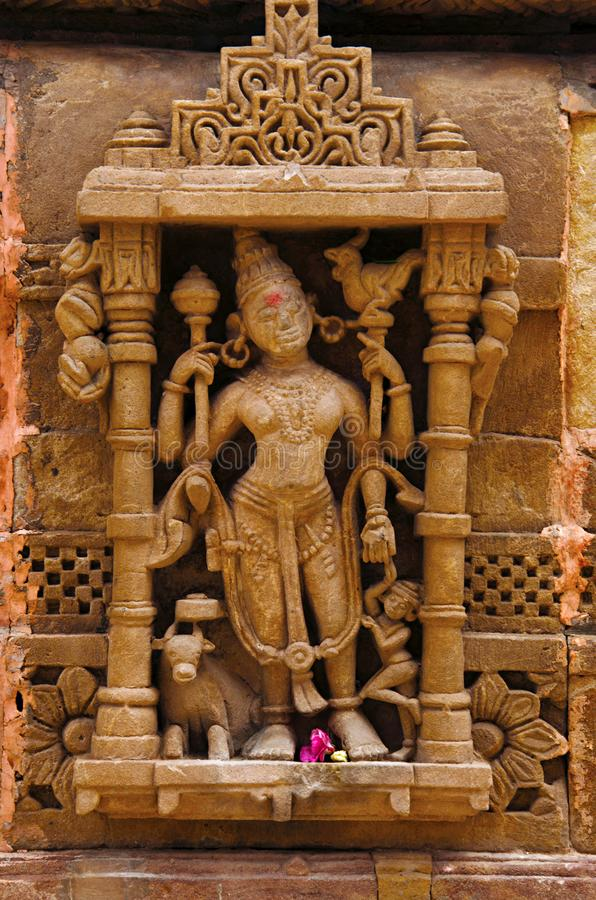 Gesneden idool op de buitenmuur, Hatkeshwar Mahadev, de 17de eeuwtempel, familiedeity van Nagar-Brahmanen Vadnagar, Gujarat stock foto's