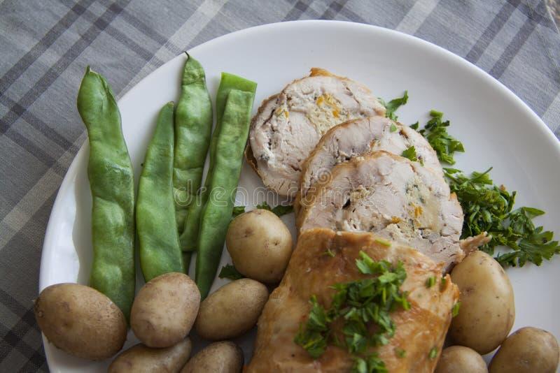 Gesneden kip met bonen stock fotografie