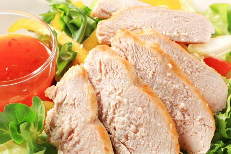 Gesneden kippenborst met salade en Spaanse peperssaus stock foto's