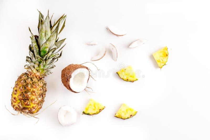 Gesneden kokosnoot en ananas in exotisch het ontwerp wit van het de achtergrond zomerfruit hoogste meningsmodel stock fotografie