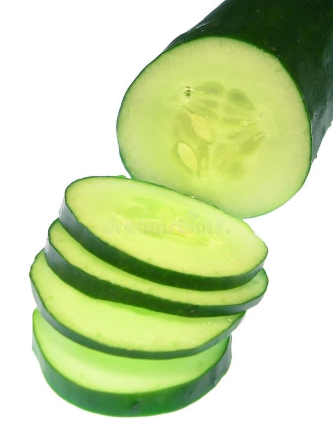 Gesneden Komkommer, die op wit wordt geïsoleerd stock afbeeldingen
