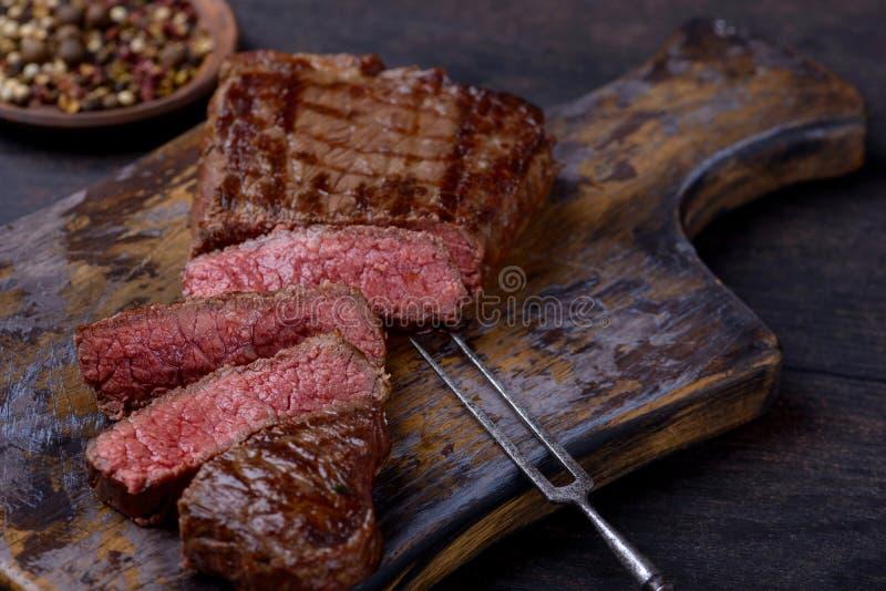 Gesneden middelgroot zeldzaam geroosterd lapje vlees stock foto's