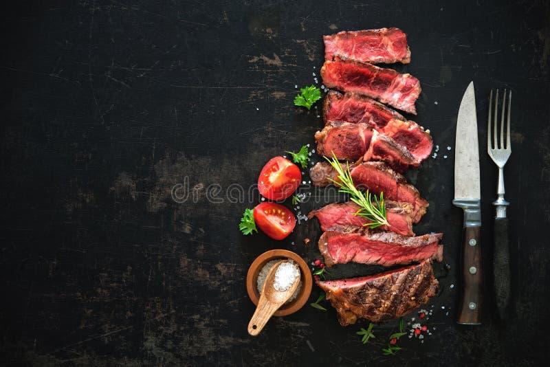 Gesneden middelgroot zeldzaam geroosterd rundvlees ribeye lapje vlees stock afbeelding