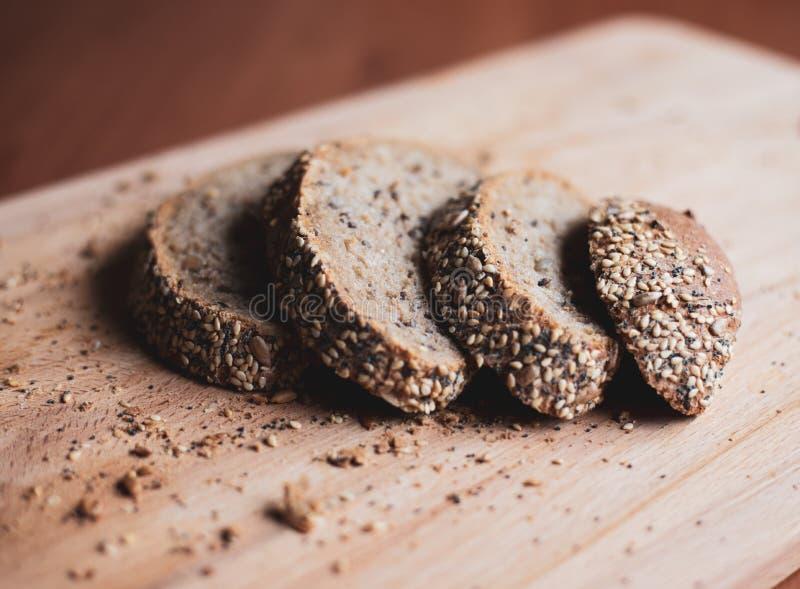 Gesneden multigrain eigengemaakt brood op een houten scherpe raad thuis stock foto's
