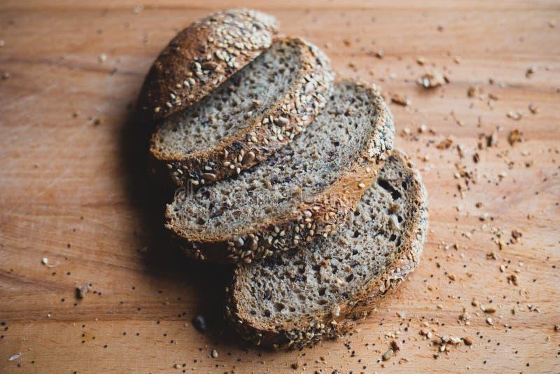 Gesneden multigrain eigengemaakt brood op een houten scherpe raad thuis royalty-vrije stock fotografie