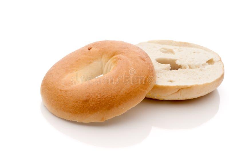 Gesneden ongezuurd broodje op weerspiegelende oppervlakte royalty-vrije stock foto's