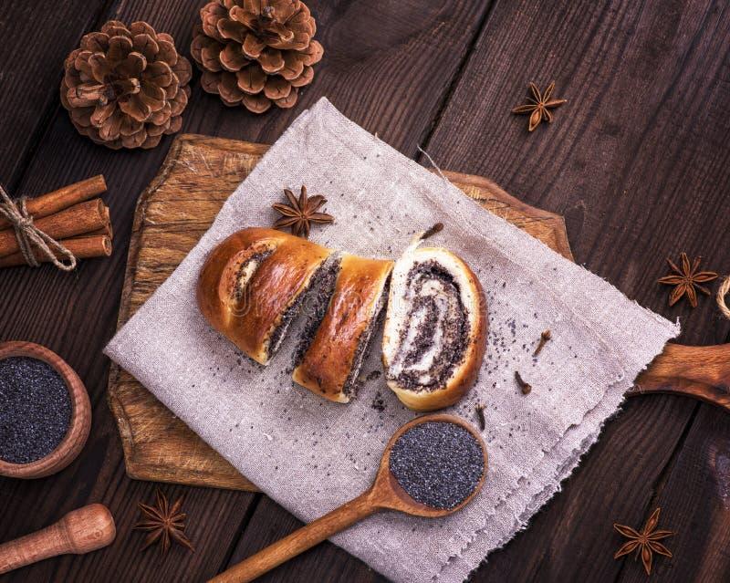 Download Gesneden Papaverbroodjes Op Een Grijs Linnenservet Stock Afbeelding - Afbeelding bestaande uit broodje, raad: 107705099