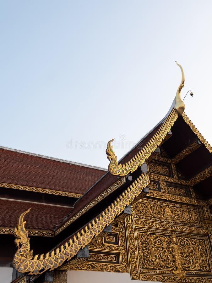 Gesneden patroon in de traditionele Thaise stijl op de geveltop royalty-vrije stock fotografie