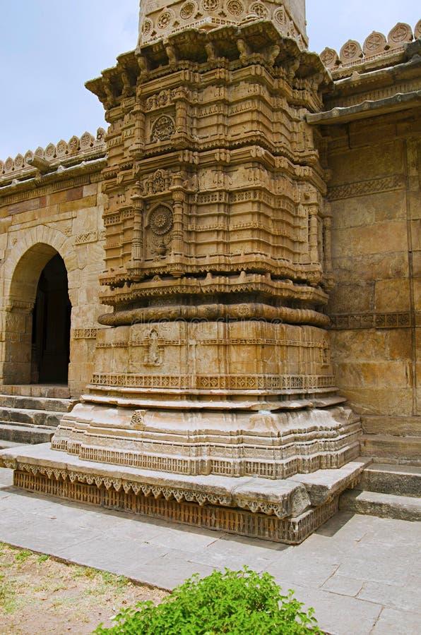 Gesneden pijler van Sahar ki masjid Het Unesco beschermde Archeologische Park van Champaner - van Pavagadh, Gujarat, India royalty-vrije stock fotografie