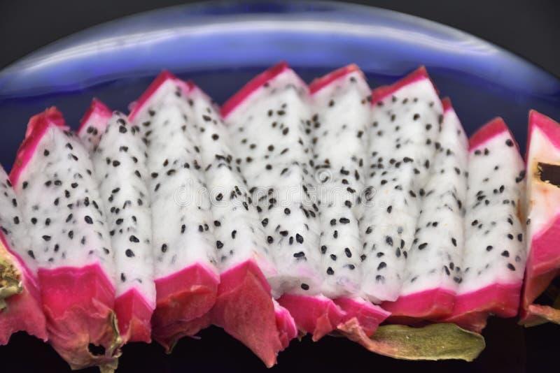 Gesneden Pitahaya-Close-up op een Blauwe Plaat, Dragon Fruit stock afbeelding