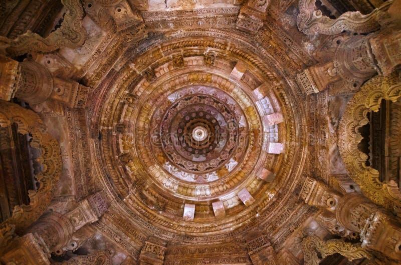 Gesneden plafond van de Zontempel Gebouwd in 1026 - ADVERTENTIE 27 Modheradorp van Mehsana-district, Gujarat, India stock foto's