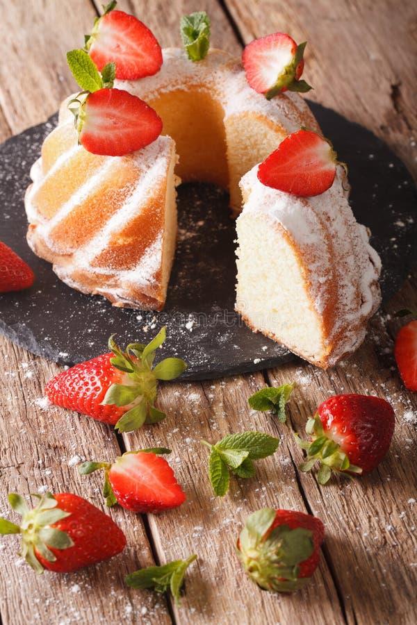 Gesneden pondcake met verse munt en aardbeienclose-up ver stock foto's