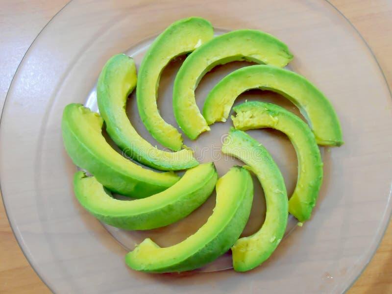 Gesneden Rijpe Avocado in Transparante Plaat royalty-vrije stock foto's