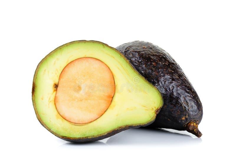 Gesneden rijpe die avocado op witte achtergrond wordt geïsoleerd stock fotografie