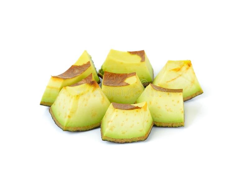 Gesneden rijpe die avocado op witte achtergrond wordt geïsoleerd stock afbeeldingen